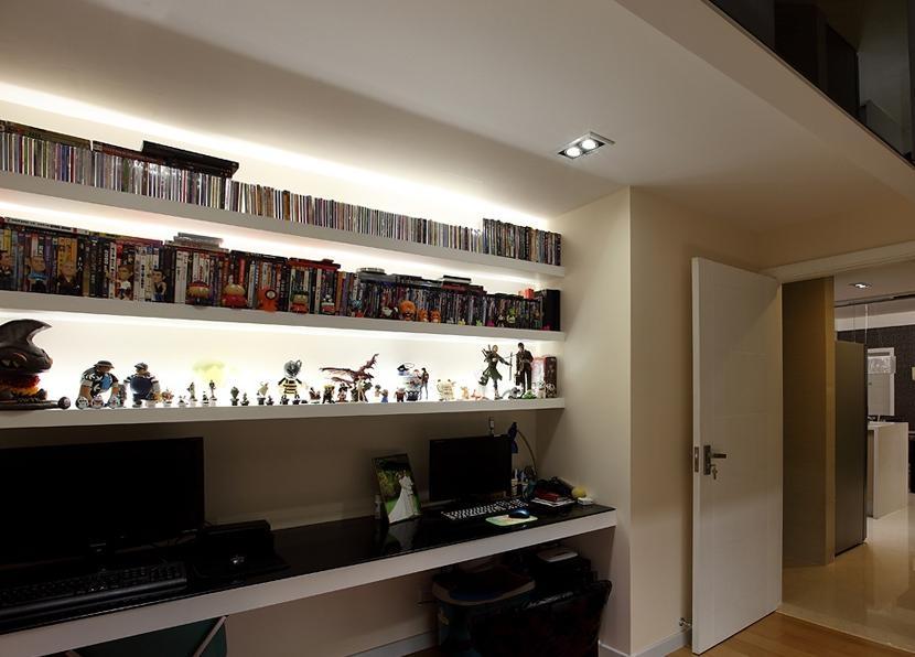 设计理念:在面积充裕的居室中,可以独立布置一间书房;面积较小的居室可以辟出一个区域作为学习和工作的地方,可用书橱隔断,也可用柜子、布幔等隔开。书房的墙机、天花板色调应选用典雅、明净、柔和的浅色,如淡蓝色、浅米色、浅绿色等。地面应选用地板或地毯等材料,而墙面的用材最好用壁纸、板材等吸音较好的材料,以达到安宁静谧的效果。要把自己的情趣充分融入书房的装饰中,一件艺术收藏品,几幅钟爱的绘画或照片,几幅亲手写就的墨宝,哪怕是几个古朴简单的工艺品,都可以为书房增添几分淡雅、几分清新。 隐藏更多