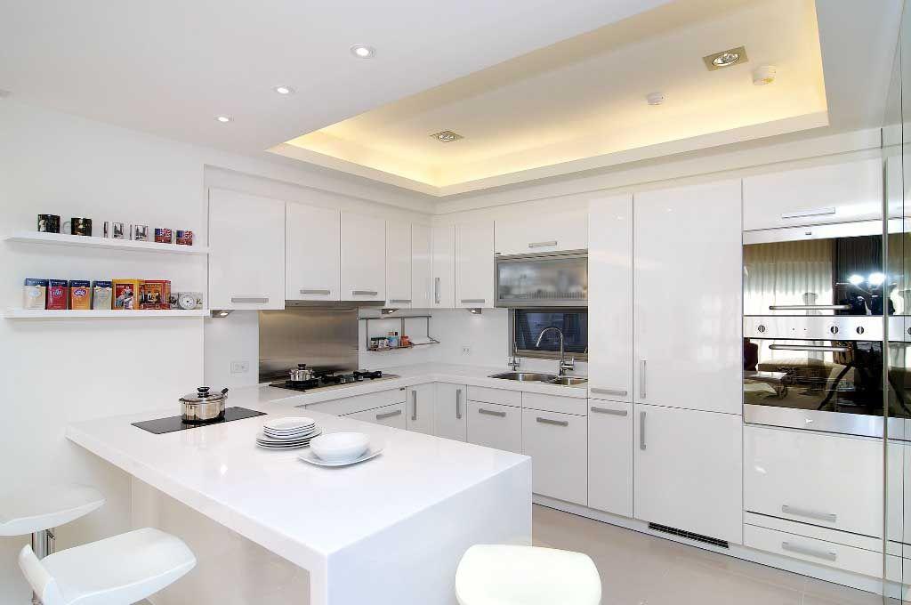 纯白的厨房橱柜装修效果图